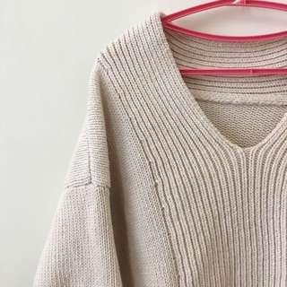厚實的 V領米白色毛衣