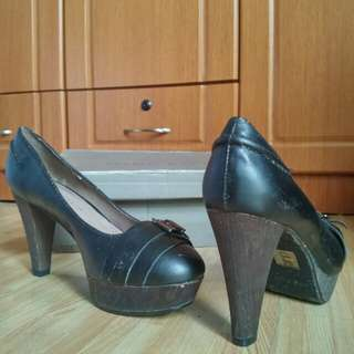 Charles & Keith black leather shoes