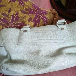 Tas celine , kulit masih bagus, dah lah tidak di pake no defects, dalam tas namanya barang bekas ,kurang beresih , tinggal di lap kiclong lagi