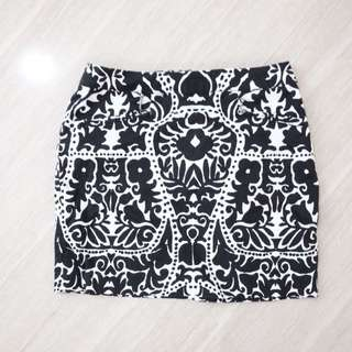 H&M White and black printed skirts