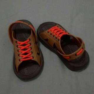 Sepatu sandal bayi