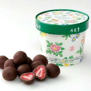 日本北海道 六花亭 原粒士多啤梨夾心黑朱古力。盒裝115g, 12-14粒。📣3/5截單,3/21後發貨