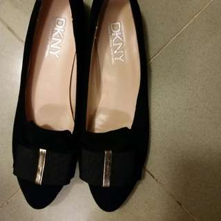DKNY 名牌平底鞋。  黑色麖皮。  Size 8M, 約 37.  全新。  因放鞋框, 無盒無麈袋。  皮質柔軟。  現清框特平。