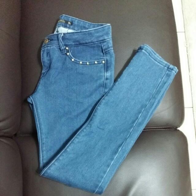 深藍牛仔褲(照片顏色較淺,實際為深藍)