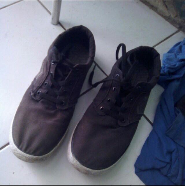 Sepatu skater hitam