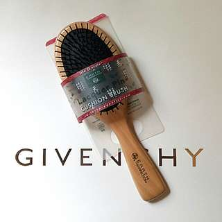 BNWT Cushion Brush