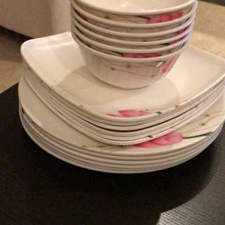 Dinner set(18 pieces-completely new)