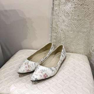 37 白色印花平底鞋