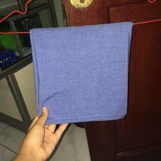Pashmina warna denim (biru yang cenderung ungu)
