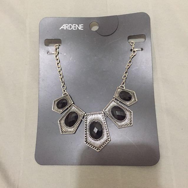 Elegant bid necklace