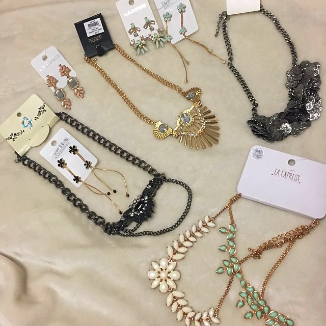 LOWER PRICE!!!! Beautiful bunch of accessories