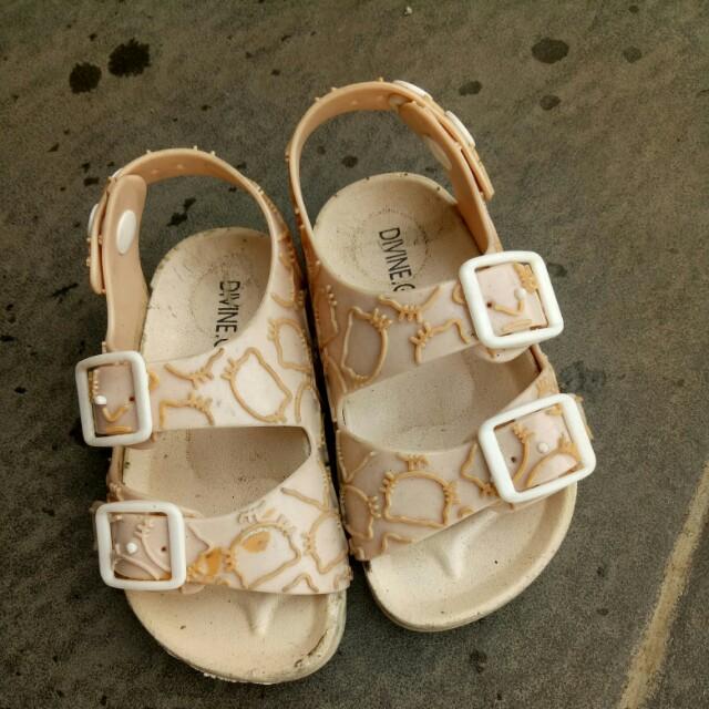 Sepatu sandal Kitty