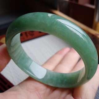 55圈口55.8*14.2*6.2mm特惠冰糯種水潤果綠寬邊手鐲,完美無紋裂,編號2841
