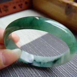 55圈口55.0*12.0*4.8mm短內徑50.5特惠冰糯種水潤油綠飄花貴妃手鐲。存在石紋不影響佩戴,編號2840