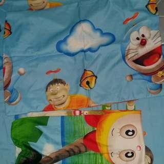 Sarung bantal gambar Doraemon