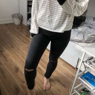 Stradivarius-Black Skinny Jeans with Rips on Knees and distressed bottoms