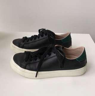 Adidas court vantages Black/ green   size 7