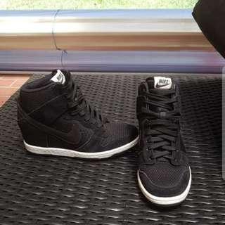 Nike sky hi wedge runner size 7