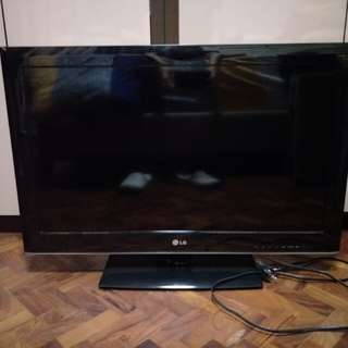 LG 32inch TV with pioneer DVD player and free Swivel wall mount