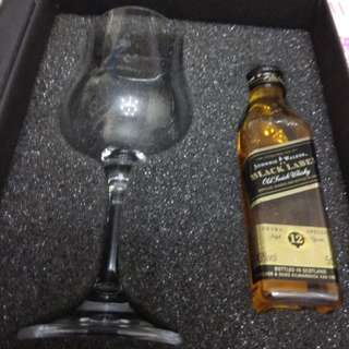 J W黑牌12年威士忌50m l連酒杯一隻禮盒。