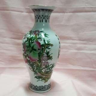 桃 園 结义瓶 vase with peach