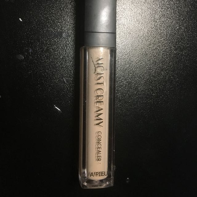 FREE WITH MINIMUM PURCHASE concealer