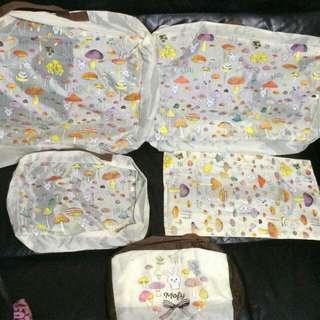 Mofy 兔仔 蘑菇圖案 旅行袋/收納袋 套裝 一套5個 全新正版  大袋Size: 40x30cm