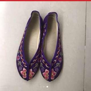 小女孩綉花鞋(襯年服)