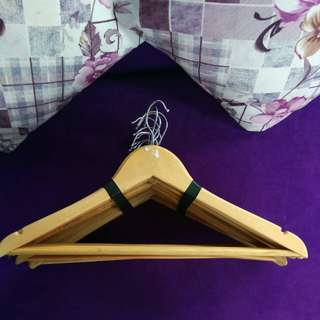Hanger / gantungan baju kayu dengan palang