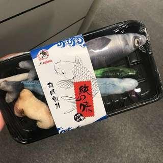 🐈貓仿魚玩具 貓草 秋刀魚 日本 玩具 cat pet toy 貓抱枕 枕頭 三文魚 寵物 kojima 聖誕禮物 魚盒