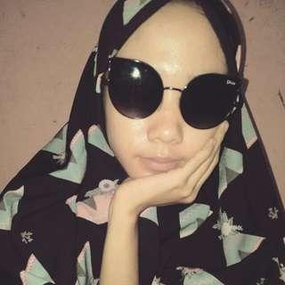 Kacamata hitam dior