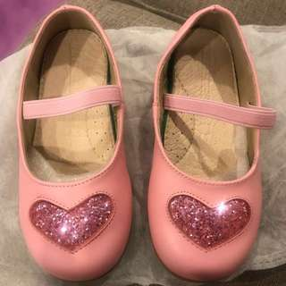 Pink shoe with pink glittery heart-shaped design for girl