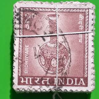 100 X india Definitive Vintage Stamps ( 1 BUNDLE ) - 1967 - 2p Bidriware - ALL THE STAMPS ARE NICELY PACKED in bundle, (1 bundle = 100 stamps )