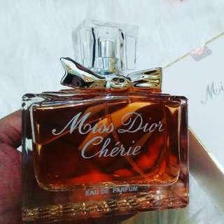 Parfum miss dior 100ml 😍😍 Harumnya mewah banget, lucu banget tempatnya loh   Harganya 60K aja nih,  awet 8 jam juga loh 😍😍😍  Langsung cek IG adibacosmetic94 😍 Order langsung WA : 085226079231 😘😘