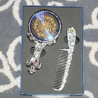 Mirror set with comb