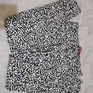 Celana motif