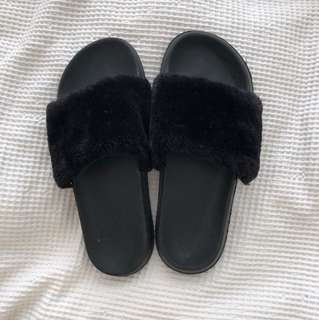 〰️Rubi Black Fluffy Slides!