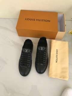 LV Men sneaker Damier Graffite#1   Mirror Quality, size 39-44. Dijamin Baguss Bangett.  Insole : 39 = 26cm 40 = 26,5cm 41 = 27cm 42 = 27,5cm 43 = 28cm 44 = 28,5cm.  Berat 1 kg  Price @970rb