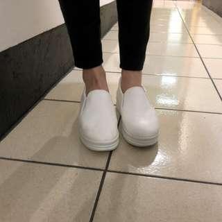 增高皮面質感圓頭小白鞋/懶人鞋