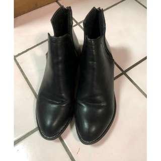 小尖頭側V口皮面質感低跟短靴粗跟短靴