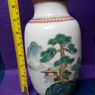 古董瓷器小花瓶,完好無缺。
