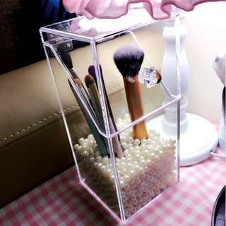 Makeup brushes organizer with pearls