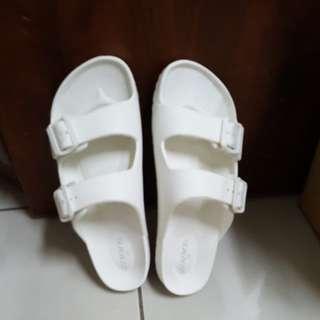 白色塑膠拖鞋