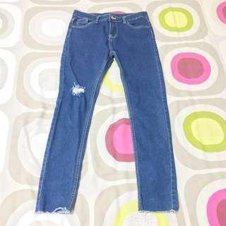 水洗穿窿深藍色牛仔褲