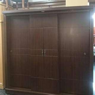 胡桃色大型衣櫥