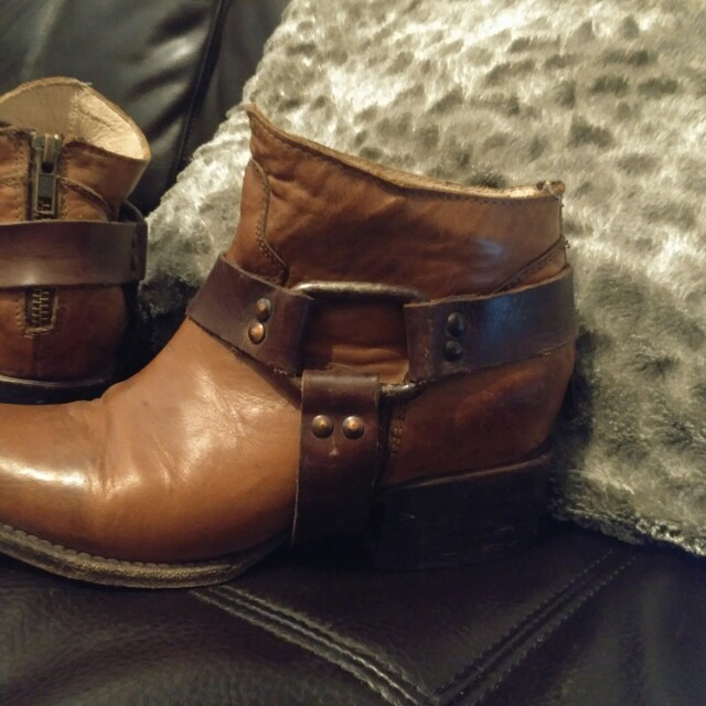 Freebird Steve Madden, size 6 Distressed look