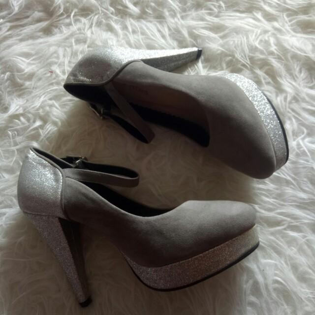 Tis gratis silver heels