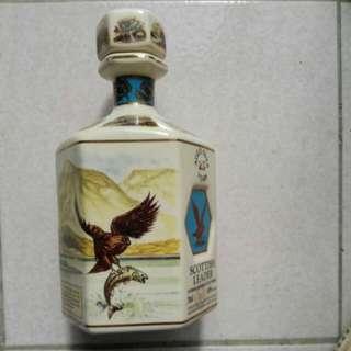 有歷史的威士忌空瓶 老鷹捉鮭魚 麇鹿圖案