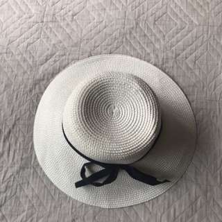 White floppy hat