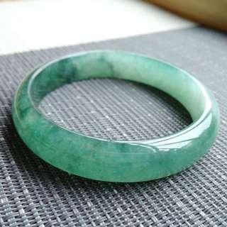 57圈口57.2*12.8*7.0mm特惠,冰糯種飄綠寬邊手鐲,存在石紋沒有刮感。編號0101